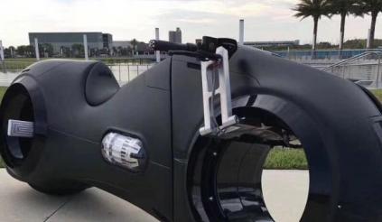 Đại gia Phúc XO tiếp tục gây sốt với siêu motor Tron Light Cycle cực chất