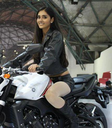 Mê mẩn sắc đẹp của dàn người mẫu xe Ấn