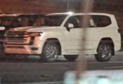 Toyota Land Cruiser thế hệ mới lộ diện không che chắn tại bãi đỗ, ngoại hình hầm hố đúng chuẩn xe đại gia