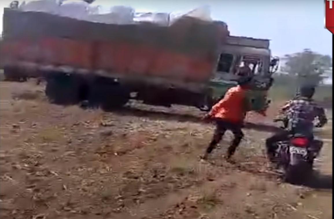 xe tải dừng ngoài đồng