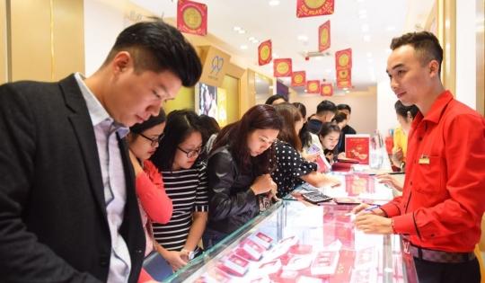 Ngày Vía thần tài: Người dân xếp hàng mua vàng, chênh lệch giá mua – bán lên tới cả triệu đồng