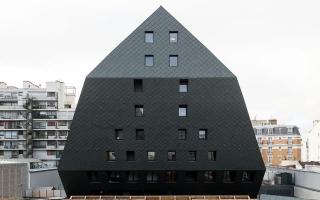 Ngắm tòa nhà bánh ú đen sì ở thủ đô Paris