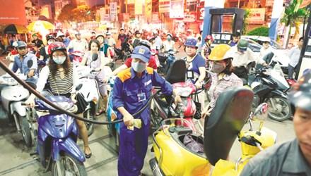 Giá xăng dầu, giá điện cần tiệm cận giá thị trường nhưng phải minh bạch cơ cấu giá. Ảnh: Hồng Vĩnh.