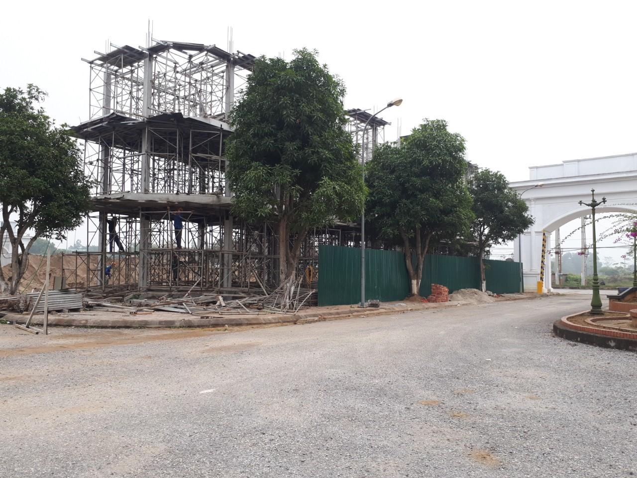 Các lô liền kề tại cổng chính dự án