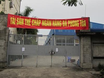 Sợ bị con nợ khác nẫng tay trên tài sản thế chấp, Ngân hàng Habubank (nay đã sáp nhập vào SHB) phải trưng biển phong toả tài sản thế chấp một DN tại Hải Phòng. Ảnh: Thu Hằng
