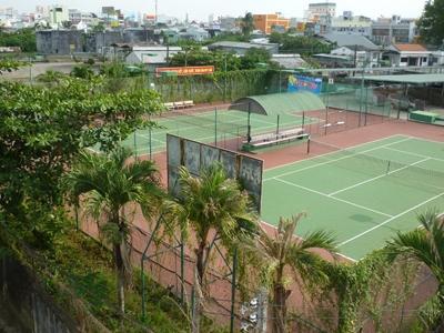 Khu đất công rộng 3,5 ha bỏ hoang, đang được làm sân quần vợt và bãi giữ xe            để cho thuê ở phường Cái Khế. Ảnh: Trường Ca