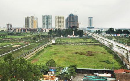 Nhữmg khu đất đã được giải phóng mặt bằng bị bỏ hoang chậm đưa vào sử dụng bên đường Lê Văn Lương. Ảnh: Linh Ngọc