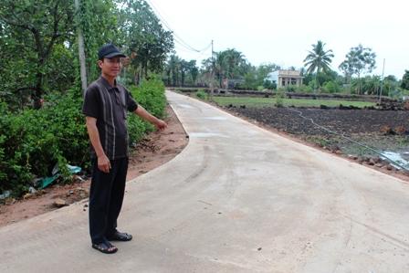 Một con đường bằng bê tông xi măng mới được đưa vào sử dụng từ đầu năm 2013