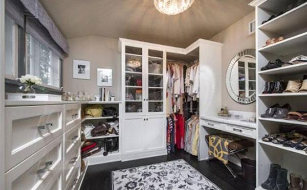 """Phòng để đồ rất gọn gàng và sạch sẽ. Lauren chia sẻ: """"Không gì thoải mái bằng việc mọi thứ trong nhà đều ở đúng chỗ của nó. Đối với tôi, có được một ngôi nhà ngăn nắp gọn gàng giúp tinh thần tôi được thoải mái mỗi khi gặp phải stress."""""""