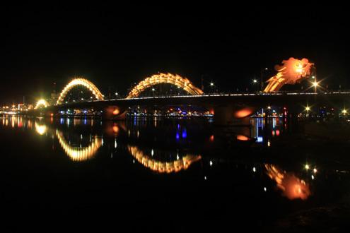 Ông Nguyễn Bá Thanh cũng nêu ý kiến sẽ nâng cao phần đầu của cầu Rồng hiện tại. Ảnh: Nguyễn Đông
