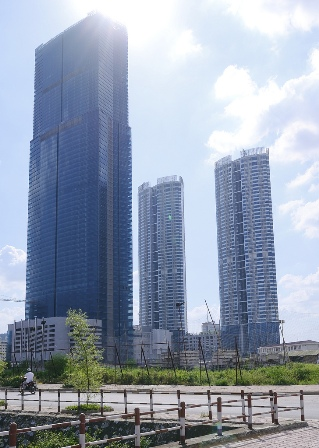 Keangnam Hanoi Landmark Tower  là toà nhà cao nhất Việt Nam đển thời điểm hiện tại và là công trình lấy đi 7 mạng người trong giai đoạn thi công . ( Ảnh: Wikipedia)