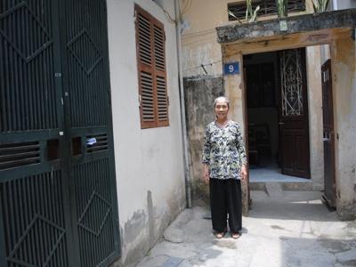 Bác Đinh Thị Năm - Tổ 16 phường Định Công cho biết đã sống tại đây 20 năm mà không biết gì về thông tin quy hoạch dự án. Ảnh: Tuấn Minh
