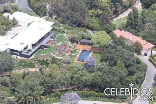 Ngôi biệt thự là tổ ấm mới hạnh phúc của Jennifer và Justin Theroux. Một số nguồn tin tiết lộ rằng, Jennifer sẽ tổ chức đám cưới sau khi sửa xong biệt thự vào đầu mùa hè. Tuy nhiên sau đó, ngôi sao