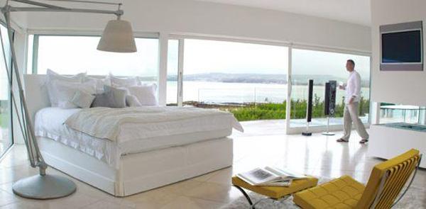 Giường ngủ Monarch Vi-spring là sản phẩm đảm bảo cho sự xa hoa, sang trọng, được làm từ những chất liệu cao cấp. David Beckham là một trong nhiều ngôi sao sử dụng chiếc giường này. Giá của nó là 50.000 USD.