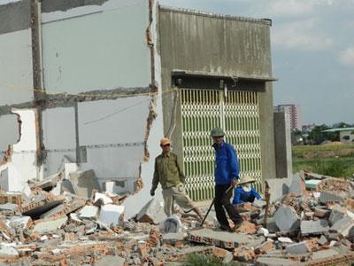 Người dân tự nguyên tháo dỡ nhà xây không phép. Ảnh: LT