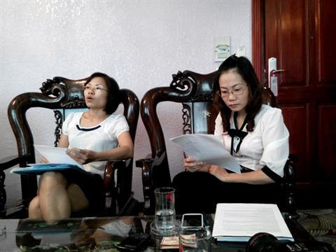 Bà Lan Anh (phải) trả lời phóng viên