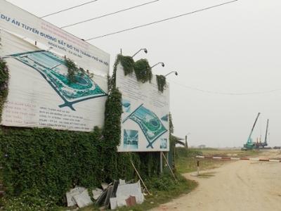 Sau 3 năm khởi công khu đề-pô ĐSĐT Nhổn - ga Hà Nội vẫn là bãi đất trống, bảng phối cảnh rách tơi tả. Ảnh: T. Đảng