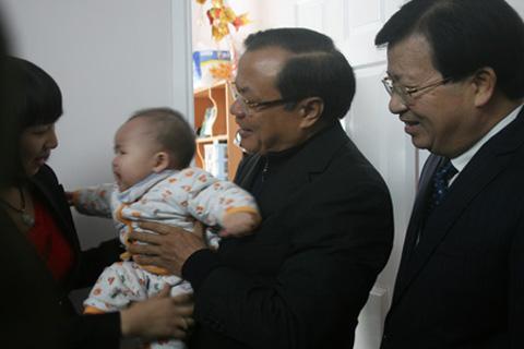 Bí thư Phạm Quang Nghị và Bộ trưởng Trịnh Đình Dũng thăm, tặng quà gia đình anh Đinh Văn Trung vừa chuyển về nhà ở xã hội được 2 ngày