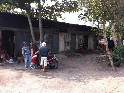 Do bị quy hoạch treo nên nhà của người dân ở khu vực ấp 2, xã Tân Kiên, huyện Bình Chánh chỉ được xây dựng tạm bợ