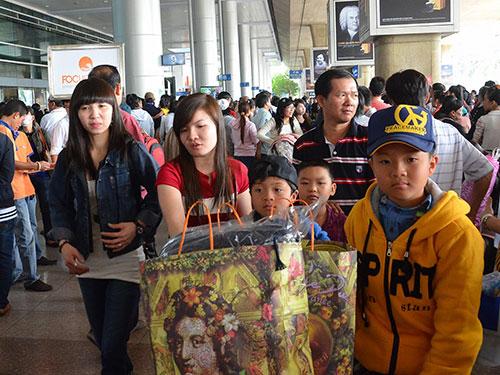 Nhà ga sân bay Tân Sơn Nhất vào những ngày giáp Tết luôn trong tình trạng quá tải  Ảnh: TẤN THẠNH