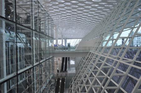 Kính được sử dụng nhiều trong thiết kế nhà ga hàng không này, góp phần tạo thêm cảm giác thoáng.