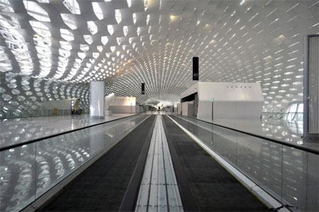 Thép không gỉ được sử dụng chủ yếu cho phần hoàn thiện bên trong của nhà ga sân bay này.