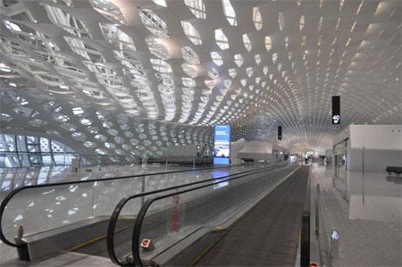 Mái của nhà ga là hai lớp thép dạng tổ ong.