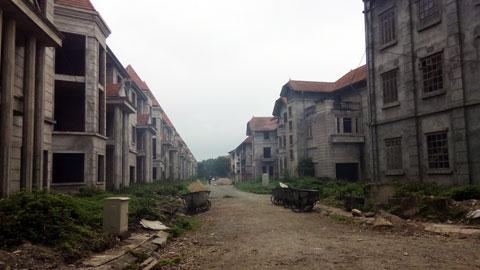 Một dãy nhà biệt thự tại Khu Thiên đường Bảo Sơn trong tình trạng bỏ trống, đường đi lại chưa hoàn thiện.