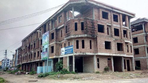 Một dãy nhà liền kề tại Khu đô thị Văn Khê chưa có người đến ở.