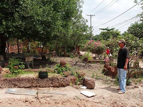 Khu đất có mộ ông bà tổ tiên của gia đình ông Sơn đã hơn 100 năm nhưng UBND quận 9 cho là đất công, không bồi thường
