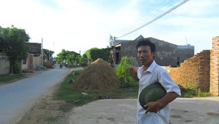 Ông Đỗ Văn Cảo đã nộp tiền mua mua mảnh đất gần 10 năm nay, nhưng vẫn chưa có sổ đỏ. Ảnh: Phạm Nhài