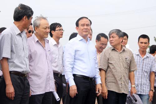 Phó Chủ tịch UBND TP Hà Nội Nguyễn Ngọc Tuấn (giữa) tại buổi kiểm tra. Ảnh: Phạm Hùng