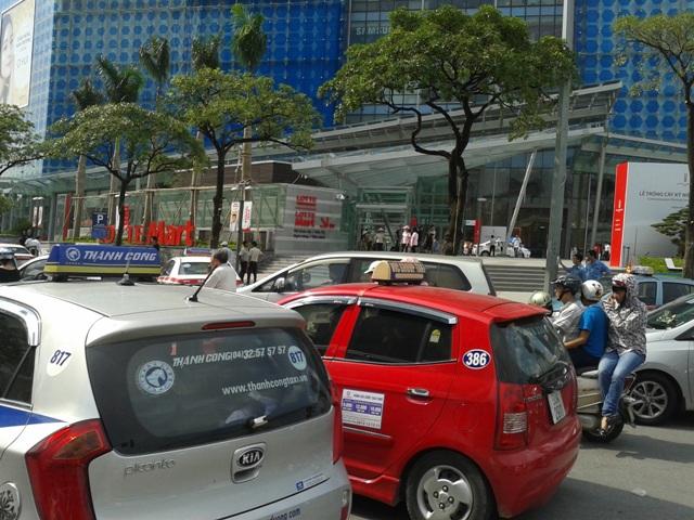 Tình trạng 2,3 xe taxi đỗ trả khách cùng lúc cùng chỗ làm đoạn đường trở nên tắc nghẽn.
