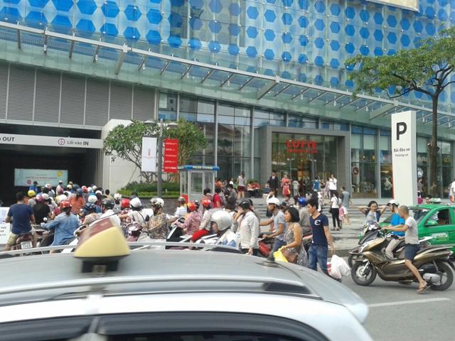 Tình trạng chờ nhau ngoài hầm gửi xe thế này không khó gặp ở Lotte Center.