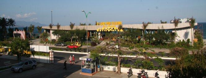 Nhà hàng xây dựng trên bãi biển Nha Trang tại khu vực cà phê Bốn Mùa (cũ) và các nhà khoa học ở Khánh Hòa đã kiến nghị phải phá dỡ để trả lại tầm nhìn ra biển Nha Trang cho cộng đồng - Ảnh: Phan Sông Ngân