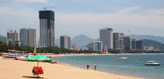 Nhiều nhà cao tầng mới xây dựng bên biển Nha Trang - Ảnh: Phan Sông Ngân