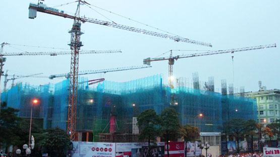 Dự án căn hộ cao cấp Vinhomes Nguyễn Chí Thanh đang trong giai đoạn xây dựng.             Ảnh:  Phạm Hùng