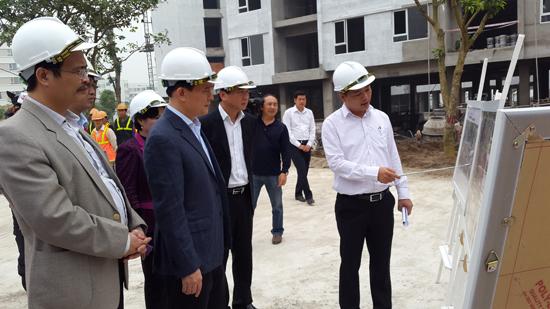 Phó Chủ tịch UBND TP Hà Nội Nguyễn Ngọc Tuấn nghe báo cáo về dự án nhà ở xã hội Đặng Xá, Gia Lâm. Ảnh: Minh Thu