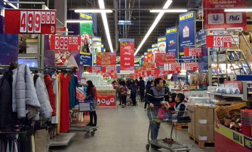 Khách hàng tới siêu thị Metro những ngày cận Tết Ất Mùi. Ảnh: Tuấn Phong