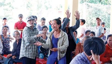 Người dân phản ứng dữ dội trước mức giá đền bù được đơn vị thi công công khai Anh: Thanh Trần.