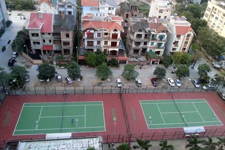 2.715m2 đất được quy hoạch làm vườn hoa, xây xanh... nhưng chủ đầu tư đã hóa phép thành sân tennis cho thuê