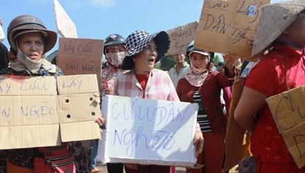 Người dân tập trung phản đối dời chợ tạm cũ Phú Hậu