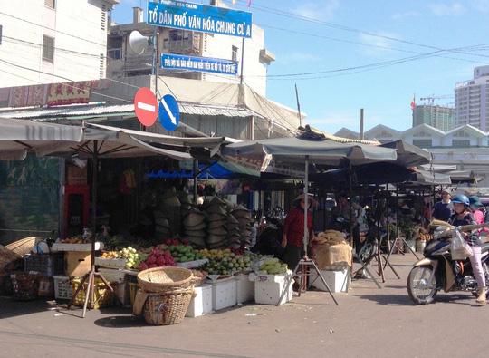 Các quầy hàng trái cây vẫn được bán ở chợ Đầm cũ trong dịp tết này