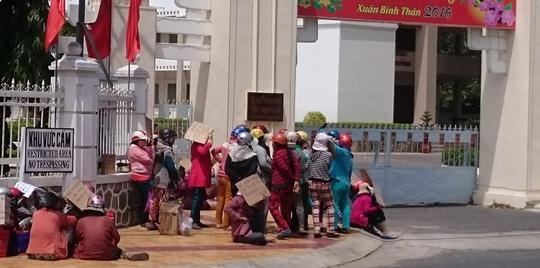 Tiểu thương kéo đến UBND tỉnh phản đối TP Phan Rang – Tháp Chàm đóng cửa chợ đột ngột