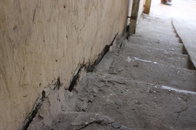 Phần mạch nối giữa cầu thang và tường bị chia tách tạo thành vết nứt chạy dài từ tầng 1 lên tầng 5.