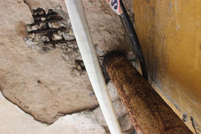 Hệ thống ống thoát nước hoen rỉ và bị tê liệt nhiều năm.