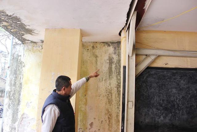 Bệ đỡ và mái nhà cũng bị tách rời tạo vết nứt rộng.