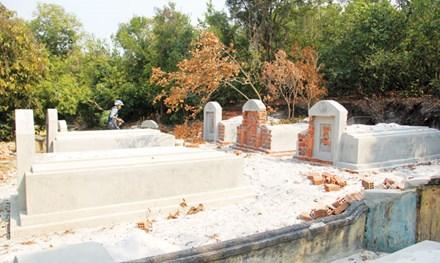 Những ngôi mộ đã bị đình chỉ xây dựng.