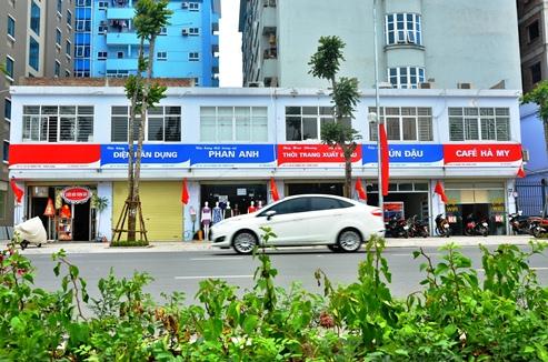 Đường Lê Trọng Tấn (Thanh Xuân, Hà Nội) dài hơn 1,5 km, được cải tạo mặt cắt ngang rộng 30 m, 4 làn xe trở thành tuyến đường kiểu mẫu đầu tiên của Thủ đô