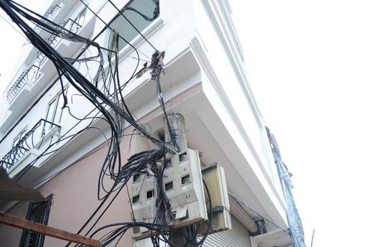 Trên chiếc cột điện có rất nhiều dây cáp điện và hộp công tơ